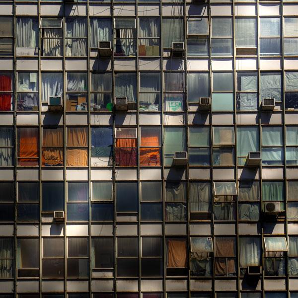 Edificio en esquina Córdoba y Suipacha, Buenos Aires. Foto: Enrique Talenton, 2018