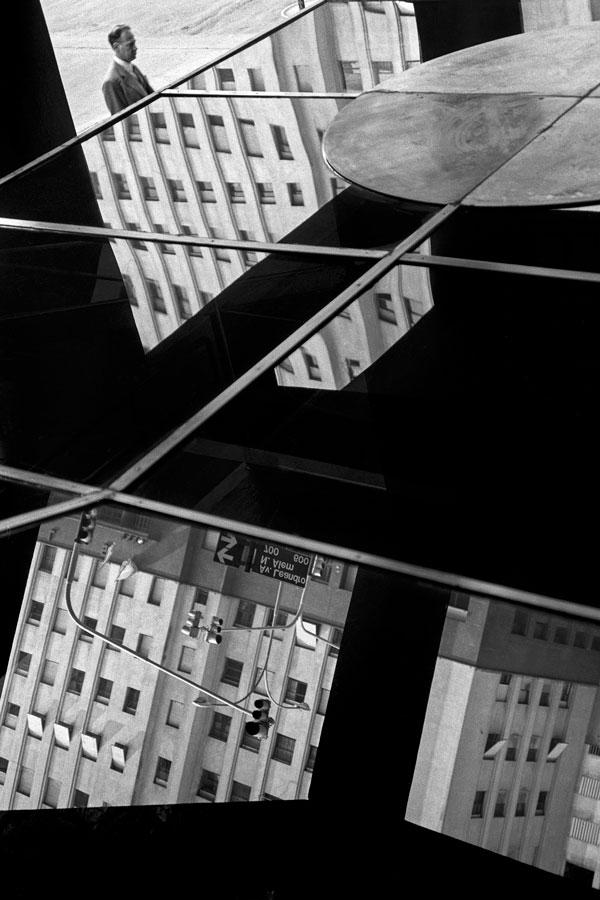 De Zuviría, Facundo. El ciudadano. Alem y Viamonte, 1988. La foto integra la colección permanente del Museo Nacional de Bellas Artes.