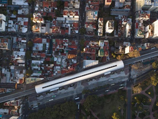 El nuevo paisaje urbano configurado por el Viaducto Mitre, que articula la estación Belgrano C. Foto: Juan Zapata @somosvanta