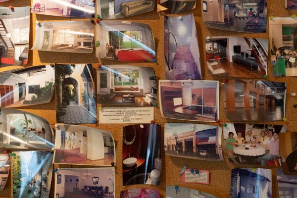 El corcho con fotos del estudio. Foto: Pepe Mateos