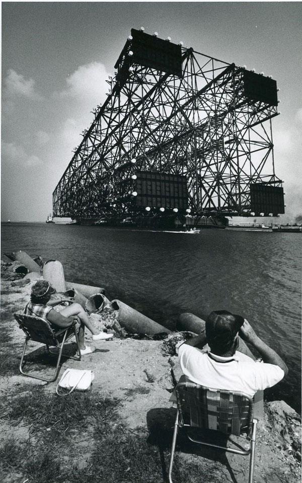 Parte de la plataforma petrolífera Bullwinkle mientras se transporta hacia el mar. Foto: Alexis Schächter