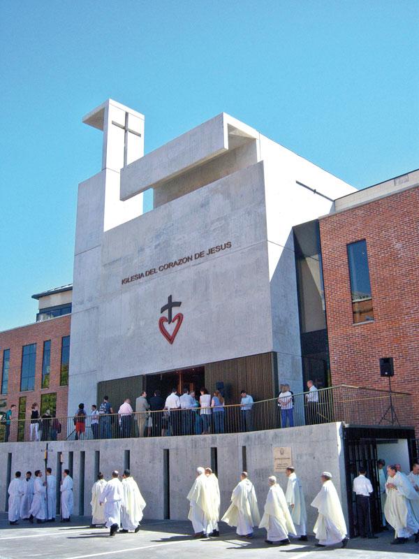 Iglesia Corazón de Jesús. Hormigón, vidrio y madera para un espacio sencillo y sensible. Foto: Tomás Dagnino
