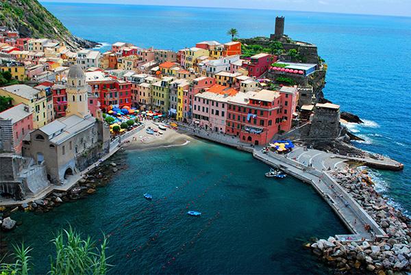 Localidad de Vernazza, Cinque Terre, desde el aire.