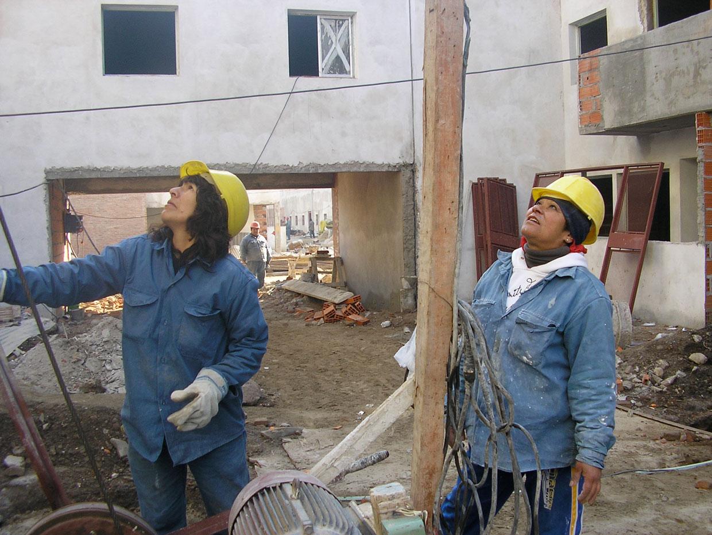 Las mujeres de la cooperativa trabajaron en la construcción de sus viviendas.