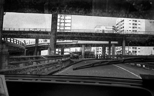 Foto: © Rafael Calviño. Subida a autopista desde Av. Paseo Colón, 2001.